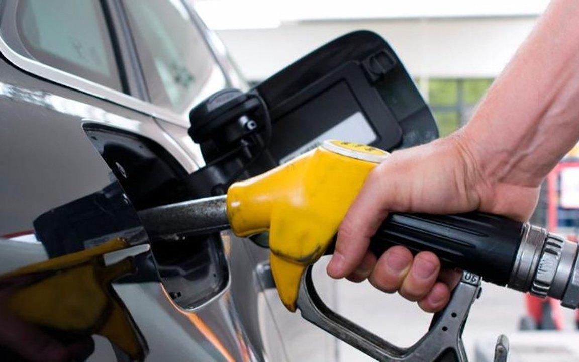 """صورة """"البترول"""" تعلن انخفاض أسعار البنزين 25 قرشًا وتثبت سعر السولار"""