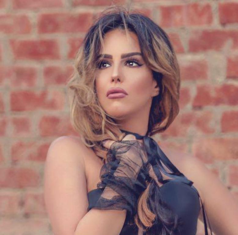 صورة اليوم تشييع جثمان والدة الفنانة دنيا عبد العزيز لمثواها الأخير