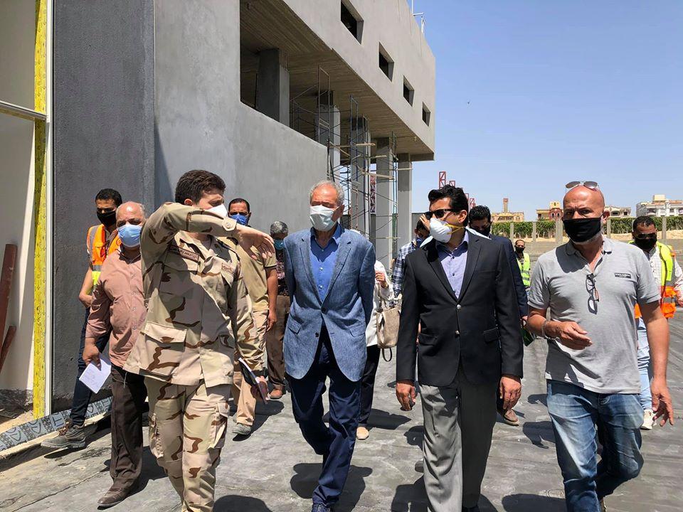 صورة وزير الرياضة ورئيس الاتحاد الدولى لكرة اليد يتفقدان الصالة المغطاة ب6 أكتوبر