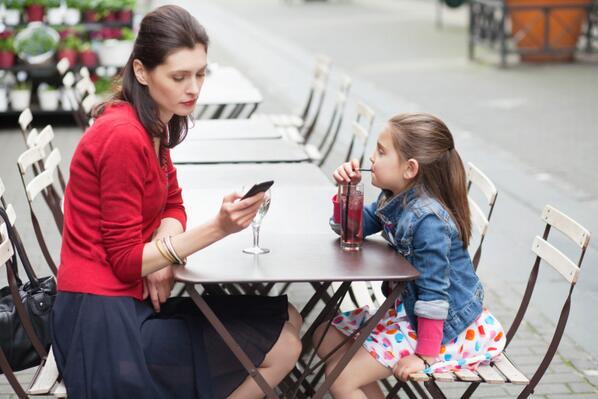 صورة هاتفك يؤثر على صحة طفلك النفسية