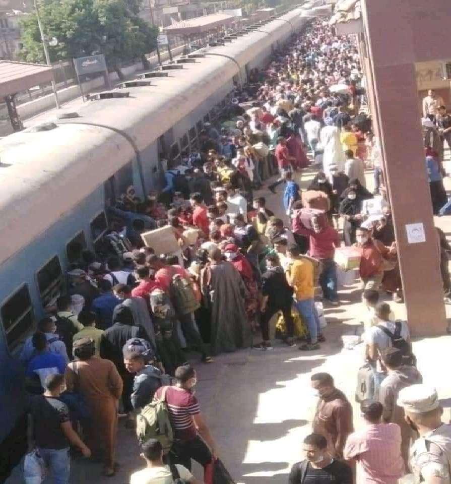 """صورة أهالي الصعيد تستغيث من زحام القطارات"""" نحن فريسة لفيروس الكورونا"""""""